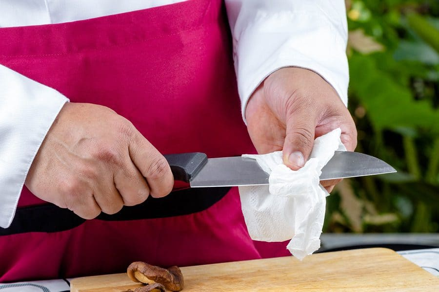 cleaning kitchen knife